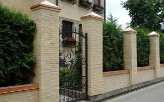 Заборы с декоративными столбами