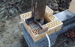 Начало монтажа кирпичного столба