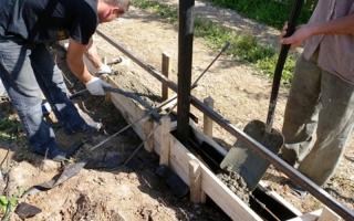 Заливка бетоном столбов и фундамента под забор